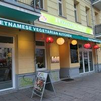 12/14/2015 tarihinde huong sen vietnamesich vegetarischesziyaretçi tarafından Huong Sen - vietnamesich vegetarisches Restaurant'de çekilen fotoğraf