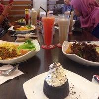 Photo taken at Secret Recipe by Siti Nurulaini on 5/4/2017