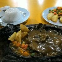 Photo taken at Waroeng Steak & Shake by ひでシス N. on 4/12/2016
