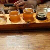 Foto tirada no(a) Yachats Brewing + Farmstore por Yes M. em 6/22/2017