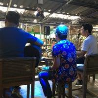 Photo taken at ก๋วยเตี๋ยวเรือนายหงอก บ้านสวน by Thanej B. on 12/26/2017