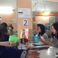 Photo taken at กู๋พจน์ รสเด็ด by P-Pacharee C. on 1/26/2016