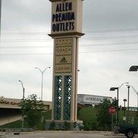Foto tomada en Allen Premium Outlets por Evelin G. el 5/17/2013