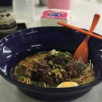 Photo taken at ก๋วยเตี๋ยวต้มยำ ชามใหญ่ by Pingpong on 6/28/2017