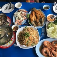 Photo taken at ครัวลุงญา บางตะบูน by Nan T. on 10/14/2017