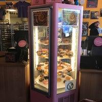 8/22/2017 tarihinde Evelyn Z.ziyaretçi tarafından Voodoo Doughnut Mile High'de çekilen fotoğraf