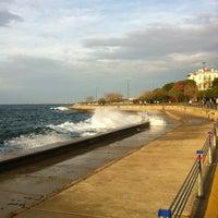 Das Foto wurde bei Fenerbahçe - Caddebostan Sahilyolu von Bircan E. am 11/30/2012 aufgenommen