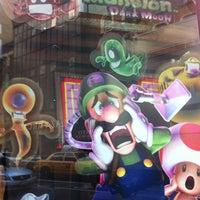 รูปภาพถ่ายที่ Nintendo NY โดย Caroline M. เมื่อ 3/5/2013