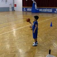 Photo taken at Guzelbahce Belediyesi Yelki Cok Amacli Spor Salonu by Hakan D. on 4/17/2016