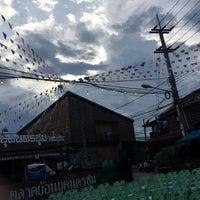 Photo taken at ตลาดย้อนยุคนครชุม by Mean Pornpimonn on 6/2/2017