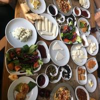 11/29/2017 tarihinde Kürşatziyaretçi tarafından Saray Kapı Kahvaltı & Cafe'de çekilen fotoğraf