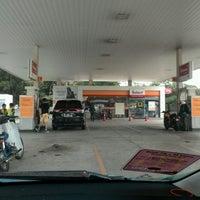 Photo taken at Shell Highway Plaza Bukit Raja by Reza A. on 2/11/2017