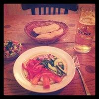 10/17/2012 tarihinde Michael L.ziyaretçi tarafından Zula Hummus Café'de çekilen fotoğraf
