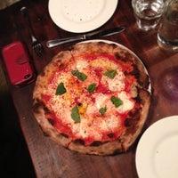 Foto tirada no(a) Razza Pizza Artiginale por Mike L. em 9/10/2013