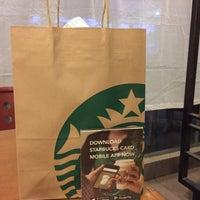 Foto tirada no(a) Starbucks por Carpe D. em 6/1/2017