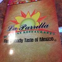 Foto tomada en La Parrilla Mexican Restaurant por Paul R. el 11/29/2012