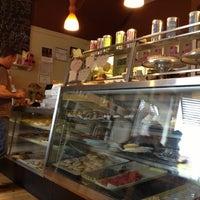 รูปภาพถ่ายที่ Fiore Italian Bakery โดย S j. เมื่อ 10/4/2012