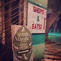 Foto tomada en Double Trouble Caffeine & Cocktails por Adrian R. el 10/18/2012