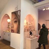 Foto tirada no(a) Glossier por Abena A. em 3/19/2018