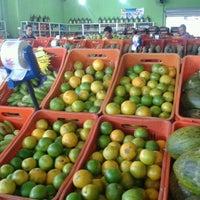 Photo taken at Top Frutas - Verdureira by Ruy F. on 3/24/2013