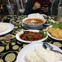 Photo taken at Rejab - Tomyam & Seafood by Ika N. on 9/19/2016