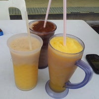 Photo taken at Restoran Makanan Thai Asli / Om Fruit Juice by Afiq A. on 10/5/2012