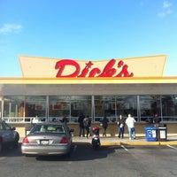 Foto tomada en Dick's Drive-In por Mark M. el 11/7/2012