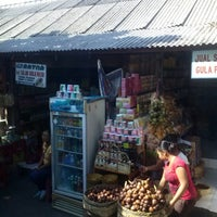 Photo taken at Pasar Umum Sukawati by Esty Maulidyasti F. on 6/20/2014