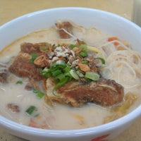 Photo taken at Woo Pin Fish Head Noodles by Der Wei C. on 9/20/2012