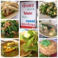 Photo taken at ร้านอาหารเจ๊แดง (ต้นตำรับไข่ฟก) รัตภูมิ by Waen T. on 4/14/2015