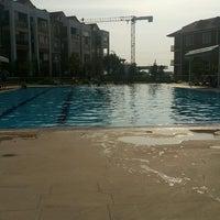 Photo taken at Mavi Yeşil Swimmingpool by Nükhet Ç. on 8/2/2016