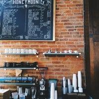 Photo prise au The Honeymoon Cafe & Bar par Jin C. le12/22/2014