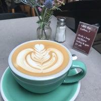 Foto tomada en East One Coffee Roasters por Amanda S. el 4/28/2018