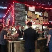 8/5/2013 tarihinde Kosmas A.ziyaretçi tarafından Tommi's Burger Joint'de çekilen fotoğraf