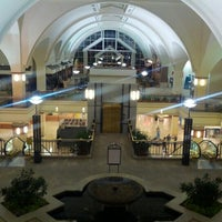 Foto scattata a The Galleria da Dee U. il 10/27/2012