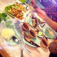 Photo taken at ร้านอาหารเมืองคอน ปลายแหลมสะพานหินภูเก็ต by Ome K. on 9/20/2013