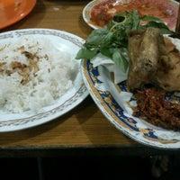 Photo taken at Pecel Lele Nur by Manda S. on 9/23/2012