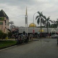 Photo taken at Masjid Al-Mujahideen by Aniq Baniq on 2/8/2013