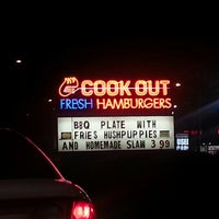 Foto tirada no(a) Cook Out por Dennis S. em 2/24/2013