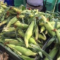 Photo prise au Inwood Farmers Market par Kelani C. le8/22/2015