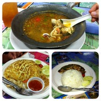 Photo taken at Thai Food Bersenang-senang by Es R. on 4/24/2014