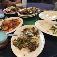 Photo taken at Beach Seafood Restaurant (海濱海鮮餐館) by Bradley A. on 8/5/2017