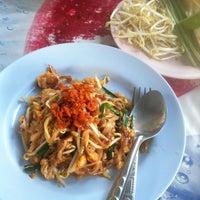 Photo taken at ผัดไทกุ้งสด(ลุงเปี๊ยก) by BewTyFul on 12/26/2013