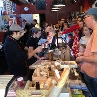 12/24/2012 tarihinde Dena C.ziyaretçi tarafından Antonelli's Cheese Shop'de çekilen fotoğraf