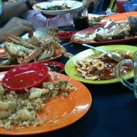 Photo taken at Haji Musa Medan Ikan Bakar by noyin on 9/25/2013