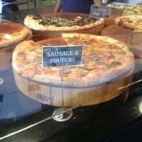 Das Foto wurde bei We, The Pizza von Neville E. am 5/25/2013 aufgenommen