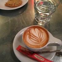 Foto tomada en Intelligentsia Coffee por Alan Z. el 5/25/2013