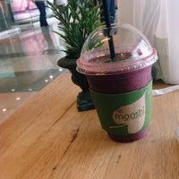 Photo taken at Mooshi Green Smoothie + Juice Bar by Kevin O. on 4/23/2016