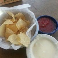 Foto tomada en La Parrilla Mexican Restaurant por Mollie B. el 4/15/2013