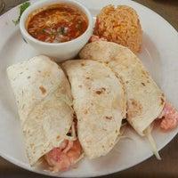 Foto tomada en La Parrilla Mexican Restaurant por Mollie B. el 7/13/2013